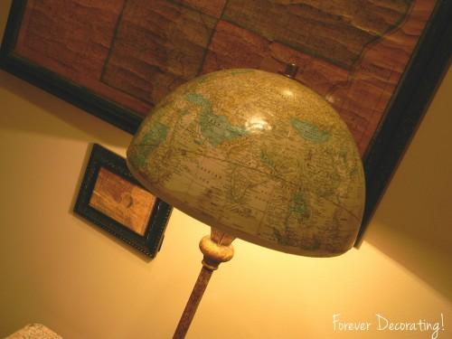 Foto foreverdecorating.blogspot.com (Sau, ca varianta, un abajur realizat dintr-un glob pamantesc, nu dintr-o harta propriu-zisa) - Harti si ghiduri turistice transformate in abajururi, colante pentru mobilier sau tablouri