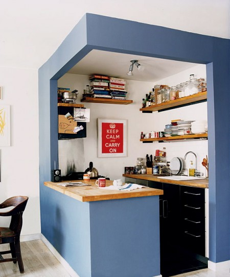 Foto www.homeizea.com - Delimitarea optica se face prin pastrarea unei portiuni din zidarie si coloritul acesteia