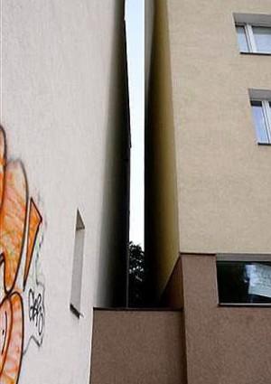 Foto via www.dailymail.co.uk - Cum se umple un gol intre cladiri? Cu o casa pe verticala