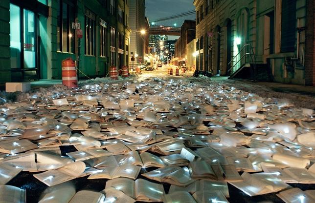 Stada pavata cu carti luminoase - instalatie realizata de grupul spaniol Luzinterruptus - Strada pavata cu