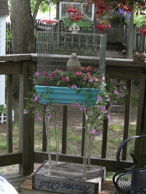 Foto anenchantedcottage.blogspot.com via www.ivillage.com  - O jardiniera dintr-o colivie (foto anenchantedcottage.blogspot.com)