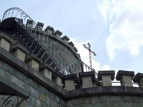 Templu Castelului are un pronaos cu oglinzi paralele și un altar - Templu Castelului are un pronaos cu oglinzi paralele și un altar