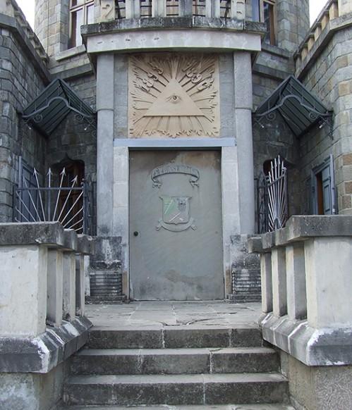 Castelul Iulia Hasdeu detaliu - Detaliu. Ochiul Divin, un simbol controversat