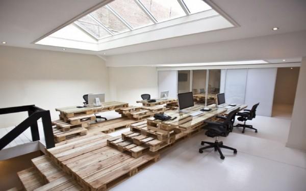 """BrandBase, Amsterdam - Un birou in care ar putea sta scris pe un perete: """"lipsurile sunt inca un motiv sa reusesti"""""""