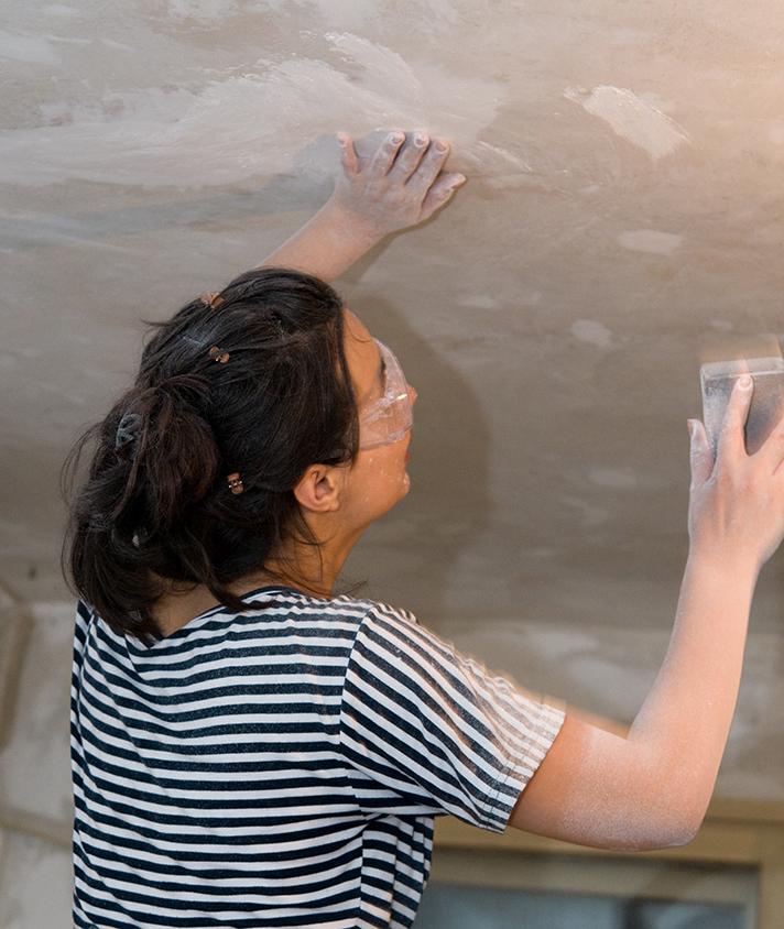 Zugravirea plafonului (foto Alina Miron) - Pregatirea stratului suport este esentiala pentru obtinerea unei suprafete perfecte