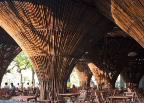 Cafenea in aer liber  - Cafenea in aer liber al carei acoperis e sustinut de conuri de bambus