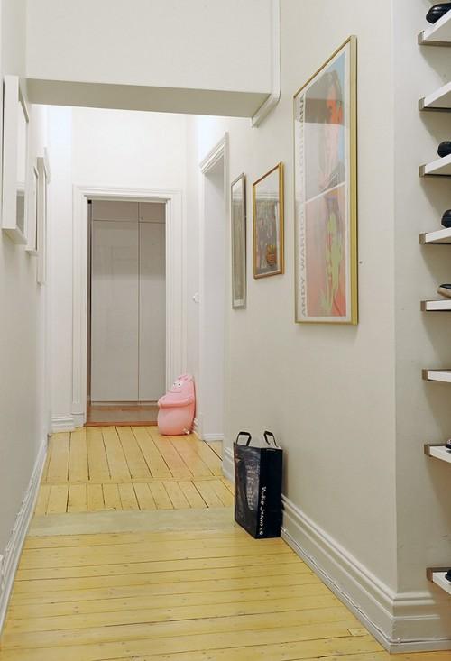 Holurile de trecere, cu pereti albi, pentru a mentine luminozitatea pe cat posibil - Un apartament ideal, pentru o familie perfecta: confortabil, practic si accesibil
