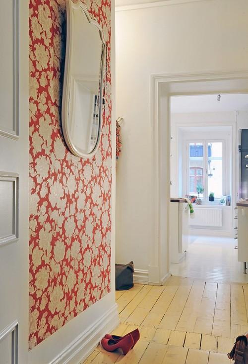 Un alt hol, un perete imbracat in tapet cu note vii de rosu - Un apartament ideal, pentru o familie perfecta: confortabil, practic si accesibil