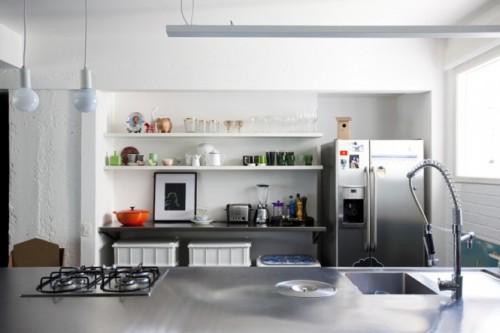 Inox si instalatii moderne pentru o bucatarie care face loc functionalismului - Culoare si forme variate, intr-un spatiu aglomerat, dar atragator