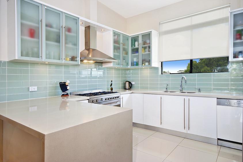 Foto via smartbook century21 com au - Colorata si reflectand stralucirile sticla da un aspect modern