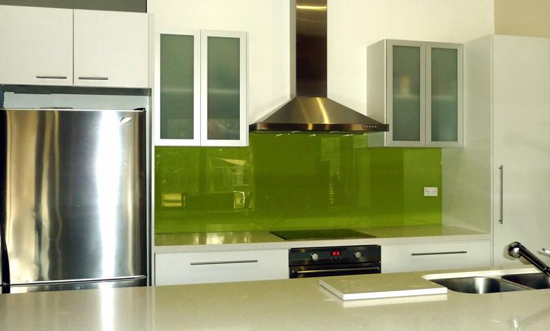 Foto via www truelocal com au - Colorata si reflectand stralucirile sticla da un aspect modern