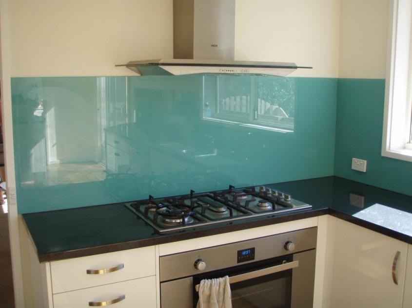 Foto www homeimprovementpages com au - Colorata si reflectand stralucirile sticla da un aspect modern permanent