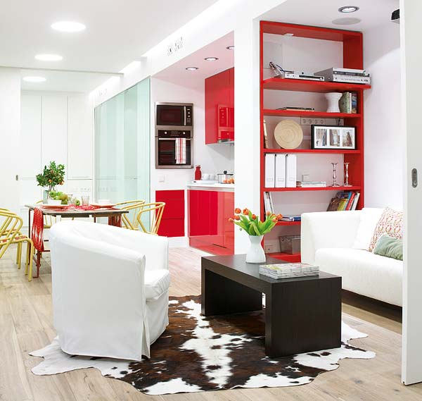 Elementele rosii creeaza un adevarat fir calauzitor de-a lungul casei - Amanajare in alb-rosu si pereti mobili din sticla