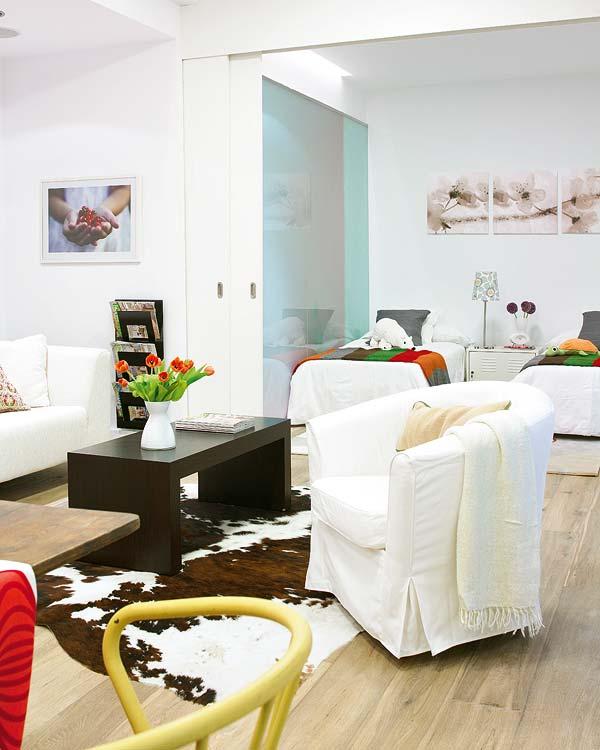 O nisa in perete este folosita pentru crearea unui mic living confortabil - Amanajare in alb-rosu si pereti mobili din sticla
