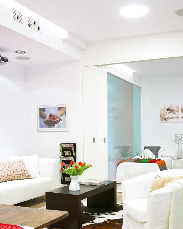 Baia, dormitoarele si bucataria sunt separate prin pereti mobili - Amanajare in alb-rosu si pereti mobili din sticla