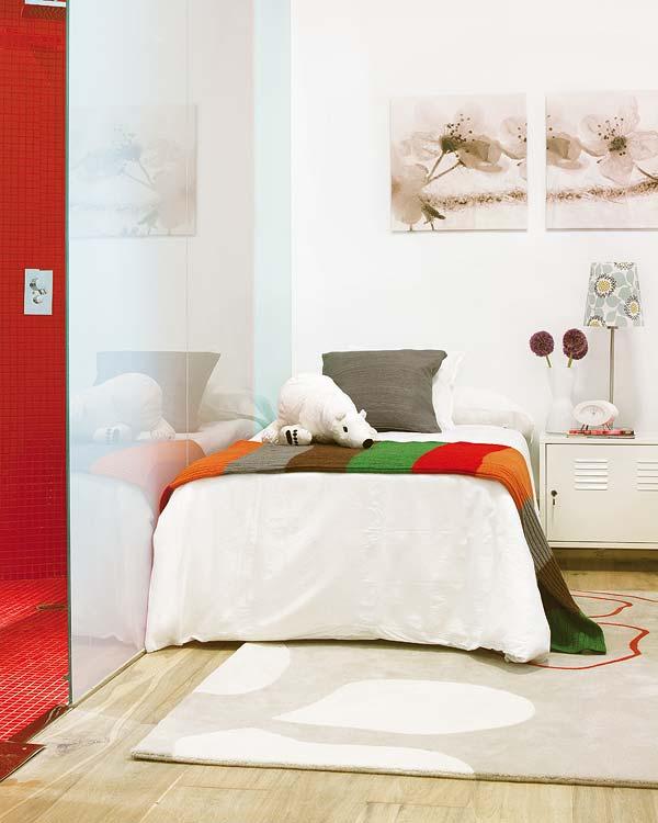Spatiul de dormit pentru copii, ascuns in spatele unui perete din sticla - Amanajare in alb-rosu si pereti mobili din sticla