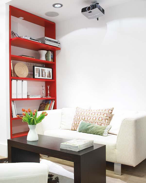 O biblioteca rosie, deschisa pentru a se vedea fondul alb  - Amanajare in alb-rosu si pereti mobili din sticla
