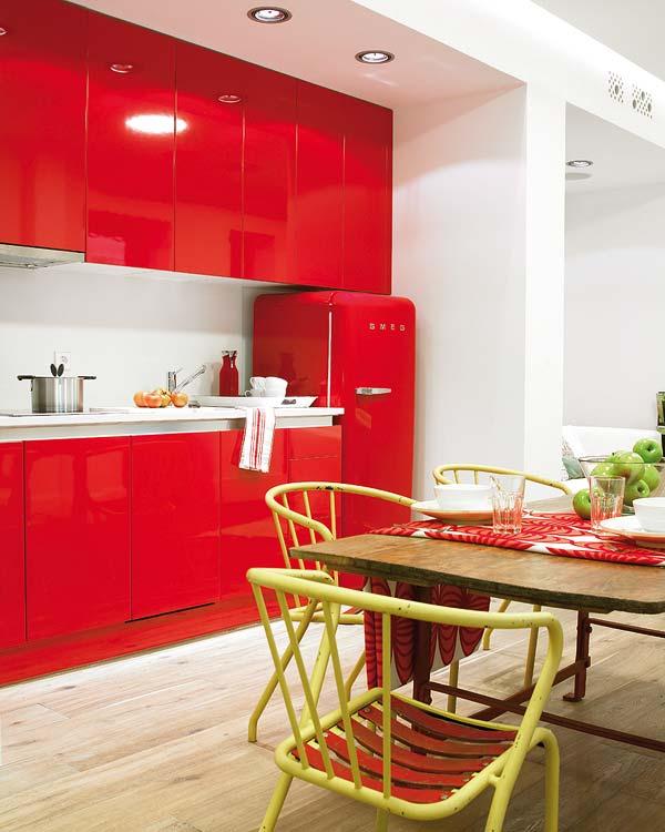 Alegere stralucitoare pentru bucatarie - Amanajare in alb-rosu si pereti mobili din sticla