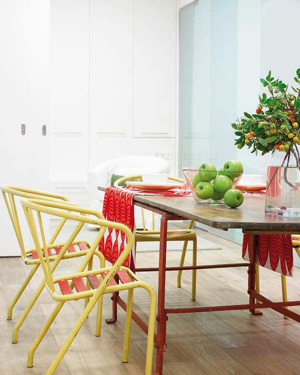 Un apetisant loc de luat masa - Amanajare in alb-rosu si pereti mobili din sticla