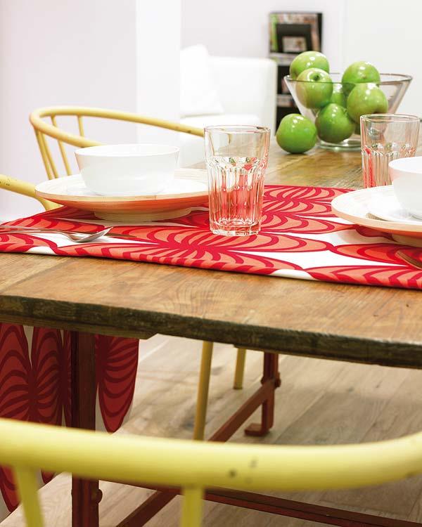 Rosul, se stie, creeaza pofta de mancare - Amanajare in alb-rosu si pereti mobili din sticla