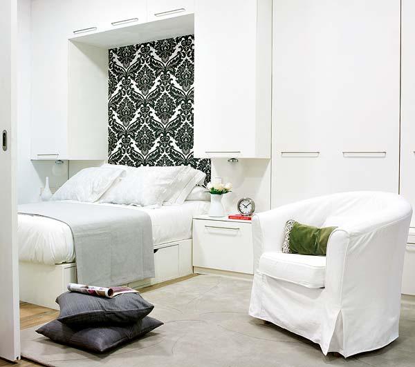 Un loc mai linsitit vizual, doar in alb negru: dormitorul adultilor - Amanajare in alb-rosu si pereti mobili din sticla