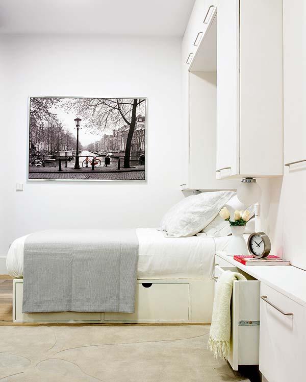Calm, intimitate si arta, pentru un somn odihnitor - Amanajare in alb-rosu si pereti mobili din sticla