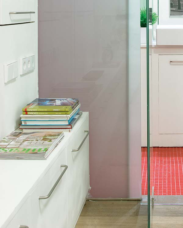 Pentru unii, baia inseamna si colt de lectura - Amanajare in alb-rosu si pereti mobili din sticla