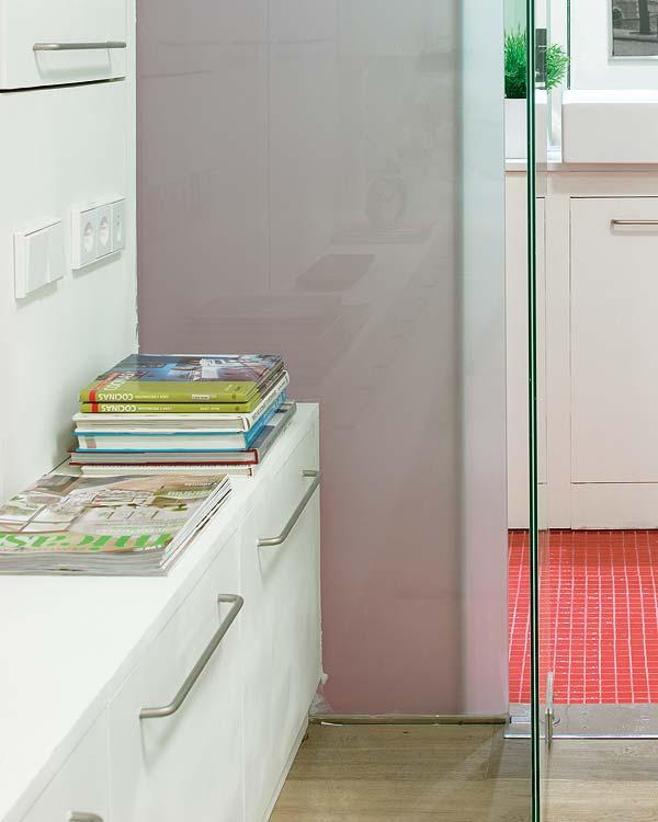 Pentru unii baia inseamna si colt de lectura - Amanajare in alb-rosu si pereti mobili din