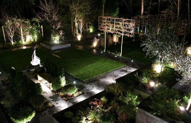 Foto via hometools.onsugar.com - Spoturi si lampi bine pozitionate schimba aspectul gradinii sau terasei