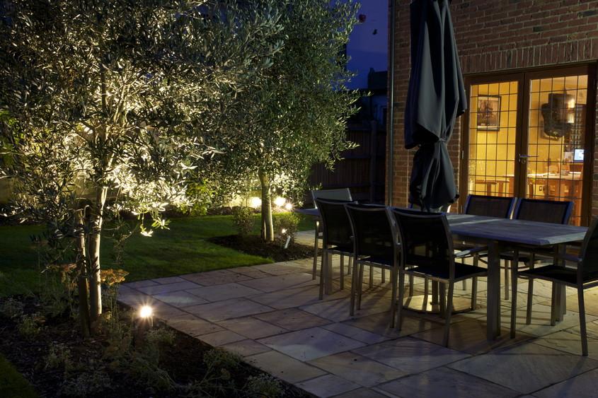 Foto via oakleighmanor.com - Spoturi si lampi bine pozitionate schimba aspectul gradinii sau terasei
