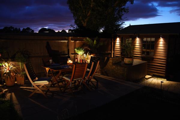 Foto via www.pambaboma.com - Spoturi si lampi bine pozitionate schimba aspectul gradinii sau terasei