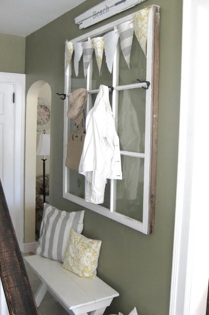 O a doua fereastra a fost transformata in cuier, pastrandu-i-se geamurile - Doua ferestre recuperate si transformate in obiecte decorative