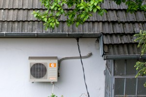 condensatorul split-ului - Split-ul are doua componente: condensatorul (la exterior) si evaporatorul (la interior)