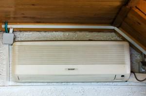 evaporatorul split-ului - Split-ul are doua componente: condensatorul (la exterior) si evaporatorul (la interior)