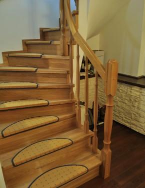 Placare cu lemn de stejar culoare natur - Scara din beton realizata pe curb - Placari cu lemn pentru scari din beton - TURSO HOLZ