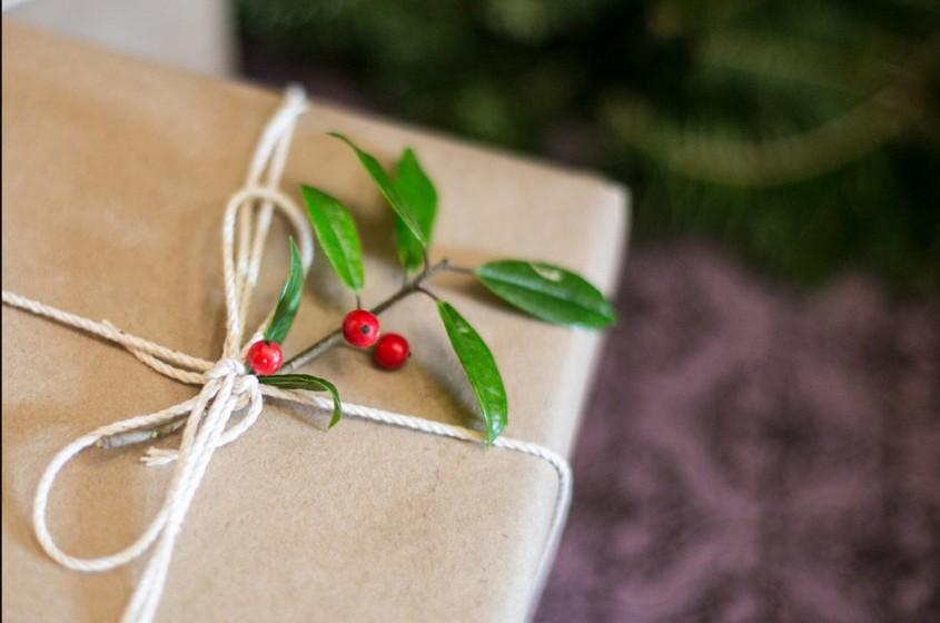Incepand de la ornamentele pentru cadouri unde se poate folosi si cate o crenguta de ilice
