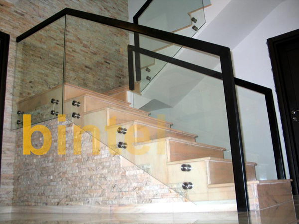Balustrada din sticla aplicata cu mana curenta lemn - BINTEL