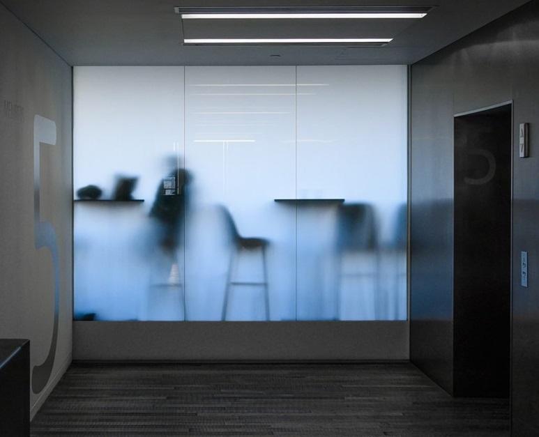 Sticla sablată – caracteristici și modele de uși și ferestre. Joacă-te cu transparența