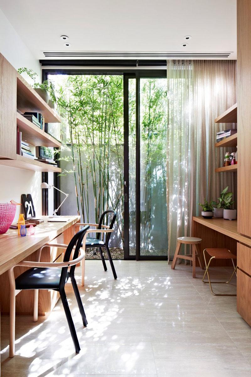 3. Aceasta incapere beneficiaza de suficient spatiu de depozitare si de mese pentru lucru. Un plus il constituie deschiderea spre gradina care induce o atmosfera placuta.