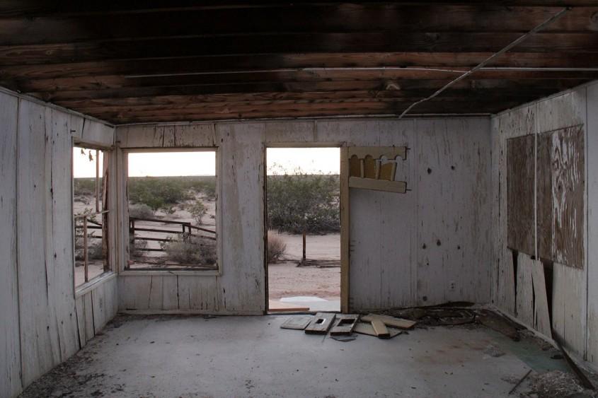 O casă abandonată din deșertul californian cumpărată cu 7 000 de dolari a fost transformată într-o