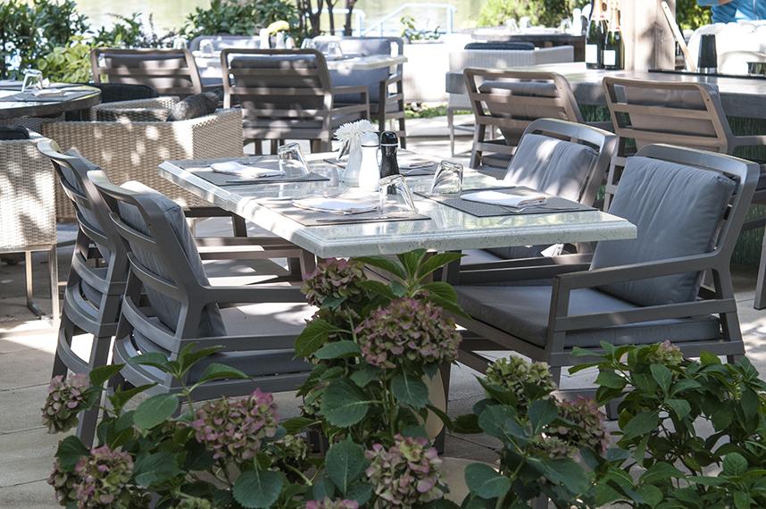 <b>Restaurantul Ago Herastrau </b> Solutia Sensio a incorporat in acest caz doua aspecte: pozitia restaurantului, situat pe malul lacului, si specificul mediteranean al bucatariei, fiind propuse astfel elemente de inspiratie internationala, marina, contemporana si fusion.