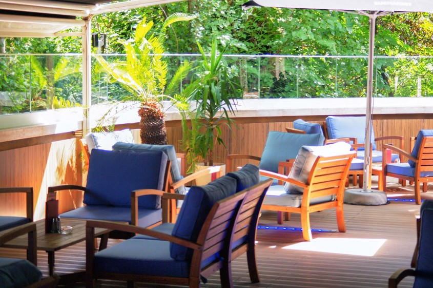 Pe terasa Hard Rock Café te simti acum ca în fotoliul tău preferat din living
