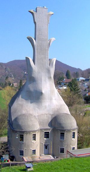 """<b>5. Cosul de fum Das Heizhaus</b> <p style=""""text-align: left;"""">Acest cos unic a fost proiectat de Rudolf Steiner si finalizat in 1914. Structura numita Das Heizhaus a dominat cladirea care a gazduit camera boilerului pentru complexul Goetheanum format din 15 cladiri din Donarch, Elvetia. Steiner, lider spiritual si fondator al sistemului de educatie Waldorf, printre multe alte realizari, a dorit sa reflecte prin munca sa credinta intr-un tip de cladire care ilustreaza ideea potrivit careia forma urmeaza functiei. Totodata, in fiecare dintre creatiile sale a cautat sa armonizeze arhitectura cu natura, idee exemplificata de """"frunzele"""" care se extind din partile laterale ale cosului de fum.</p>"""