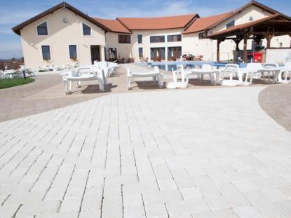 Curtea Hotelului Allegria, dupa amenajarea cu pavaj  Alba Iulia ELIS PAVAJE
