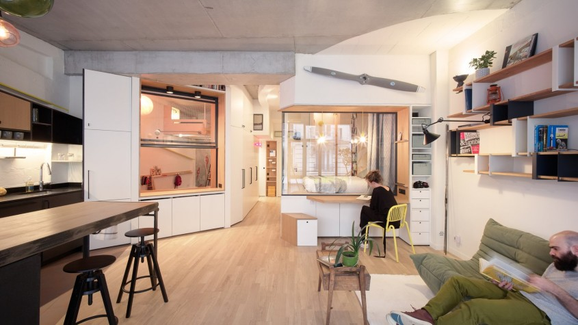 Doi designeri de interior au făcut o locuință luminoasă pentru patru persoane dintr-un garaj vechi din