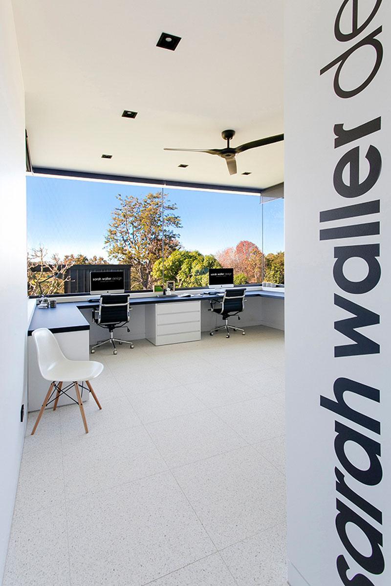 4. Accente negre pe un fundal alb si o fereastra panoramica ce anuleaza complet senzatia ca esti la interior.