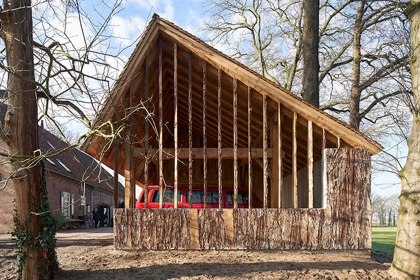 Câțiva stejari seculari care urmau să ajungă la fabrica de hârtie, transformați într-un hambar deosebit
