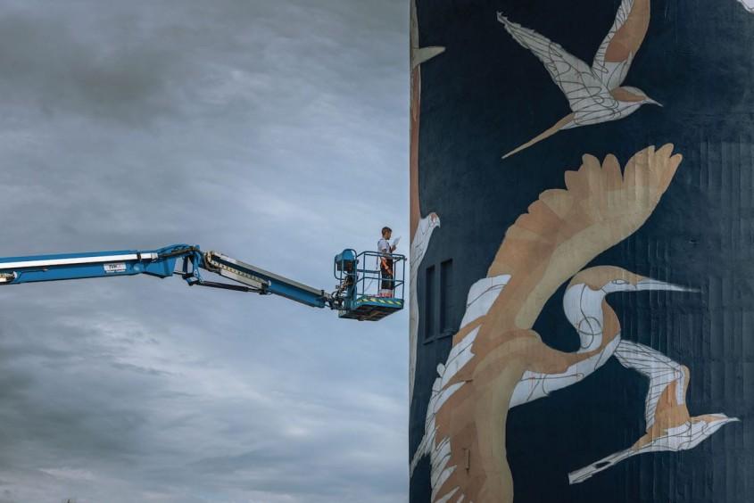 Un turn de apă decorat cu imagini ale păsărilor locale