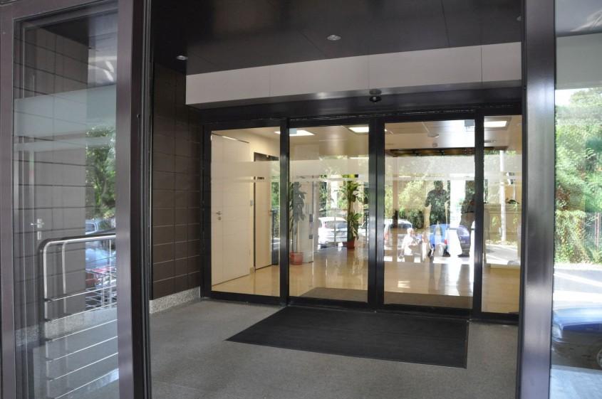 Automatizarea ușii de acces înseamnă siguranță pentru clienții și angajații tăi