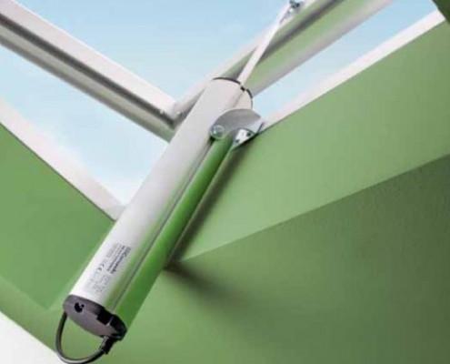 <b>Automatizări cu tijă și cremalieră</b> <p>Aceste automatizări se folosesc cu precădere în ferestrele montate pe orizontală sau în pantă poziționate în acoperiș sau în cupole. Automatizările cu tijă și cremalieră Siatec pot fi, de asemenea, utilizate, pentru acționarea trapelor de aerisire și desfumare.</p>